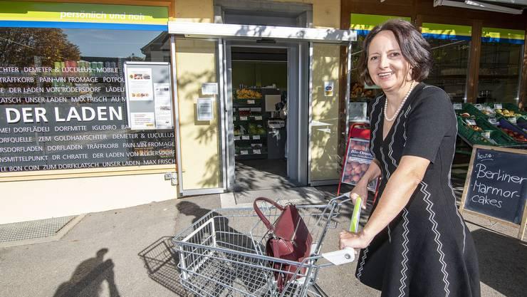 Gemeindepräsidentin Karin Kälin Neuner-Jehle vor dem Rodersdorfer Dorfladen. nicole nars-zimmer