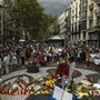 Ein Blumenmeer auf dem Mosaik von Juan Miró in Barcelona, wo vor einem Jahr 15 Menschen bei einem Terroranschlag getötet wurden.
