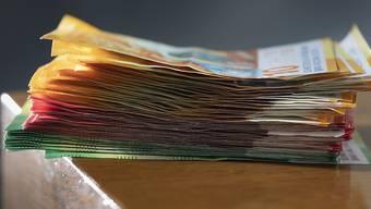 Einen Stapel Geld in die Hand gedrückt erhalten junge Menschen, die nicht aus Grossdietwil wegziehen. (Symbolbild)