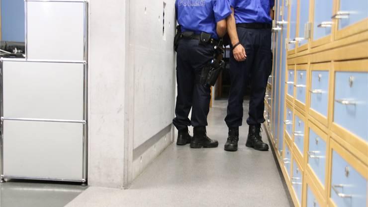 Kreuzen im Korridor des Polizeipostens ist fast unmöglich, schon gar nicht, wenn es dann noch pressiert.