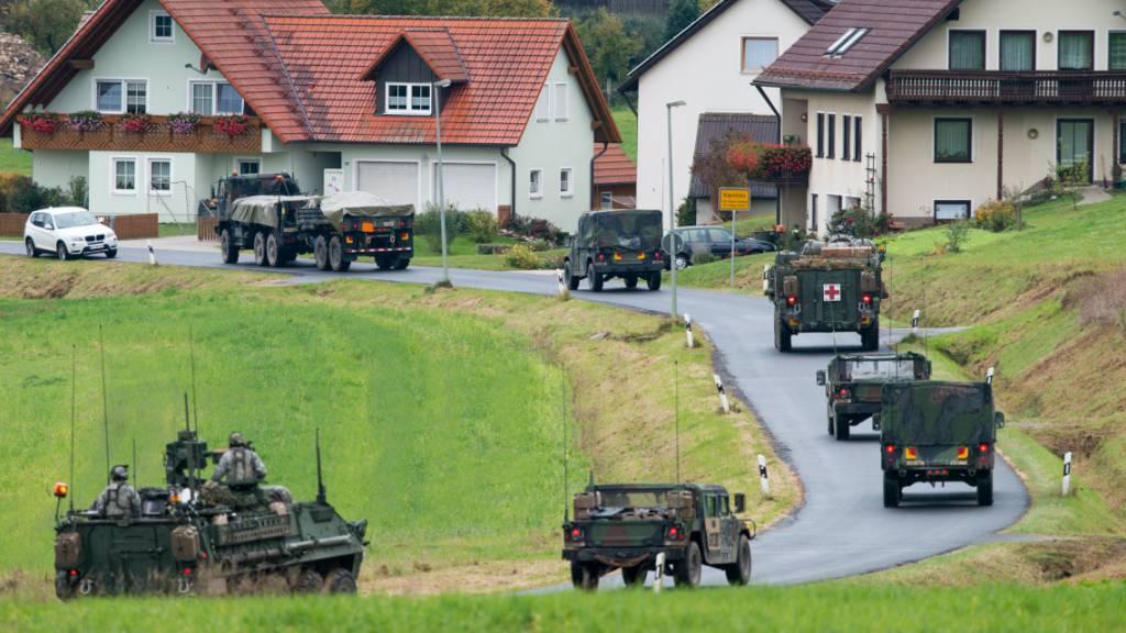 ARCHIV - Militärfahrzeuge der US-Armee fahren durch den Ort Kleinfalz nahe dem Truppenübungsplatz Grafenwöhr in Bayern. Foto: Armin Weigel/dpa/Archiv