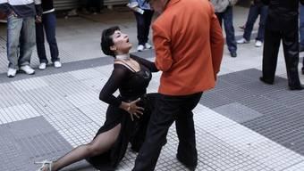 Ein Paar tanzt Tango in Buenos Aires (Archiv)