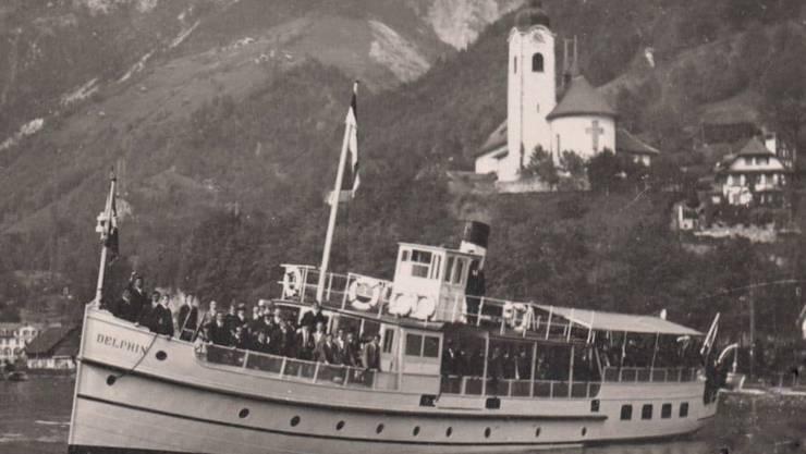 Das erste Personenmotorschiff der Schweiz, die «Delphin» präsentiert sich vor der Kirche in Flüelen.