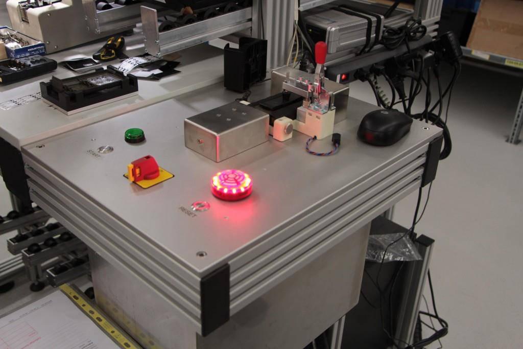 An diesem Pult wird die Lampe von einer Person zusammengebaut. Falls sich ein Fehler einschleicht, leuchtet die (LED!) Lampe rot... (© FM1Today/Sandro Zulian)