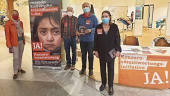 Silvia Mazzarda, Walter Kunz, Stefan Büeler und Maya Aeschbacher werben im Zentrum Oberengstringen für die Initiative.