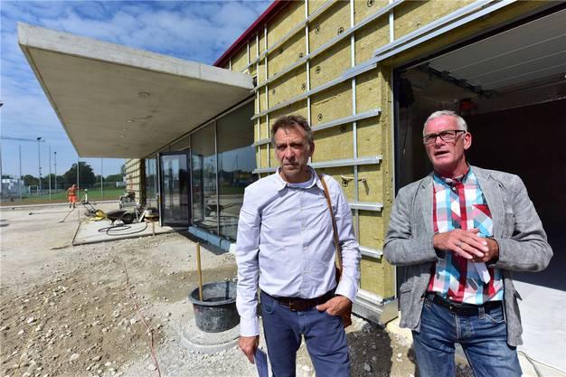 Konrad Bolliger (l.) und Heiner Roschi vor dem Eingang.