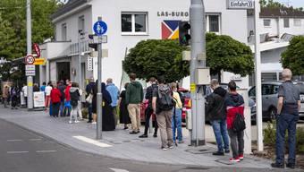 Nach Aufhebung des ersten Lockdowns 2020 bildeten sich vor deutschen Paketshops lange Schlangen.