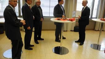 Pascal Zimmermann (2. v.r.) und Rudolf Lüscher konnten Swissgrid-CEO Pierre-Alain Graf ein Paket mit 1107 Unterschriften übergeben.