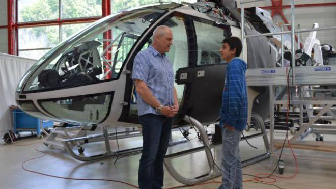 Toll sieht er aus, der neue Marenco Skye SH09! Dieser Helikopter dürfte für Aufsehen sorgen in der Welt der Flieger. Peter Studer, Chefingenieur, erklärt Mathusan im Interview die Vorzüge des Prototyps. Foto: Elvin Philip (15 Jahre)