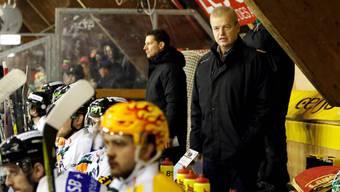 Der neue EHC Olten Trainer Gustafsson während dem Spiel gegen den HC Ajoie.