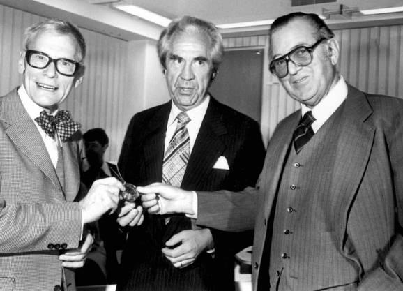 """Der schwedische Chirurg Ake Senning (Mitte), der Konstrukteur Rune Elmquist (links) und der """"Vorzeigepatient"""" Arne Larsson (rechts), dem 1958 zum ersten Mal ein Herzschrittmacher eingesetzt worden war"""