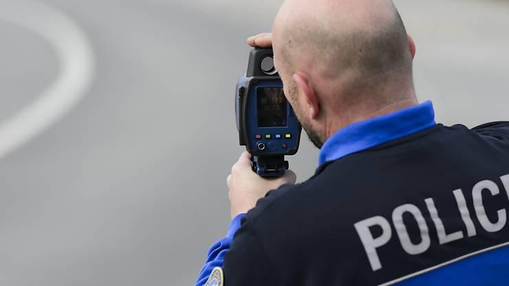 Ein 21-jähriger Autolenker ist mit 134 km/h in der Nacht auf Samstag in Bellach über eine Ausserortsstrecke gebrettert.