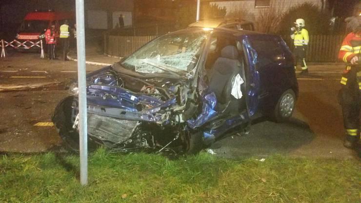 Die Fahrerin dieses Autos sowie der Junge, der im anderen Auto sass, wurden per Heli, der Lenker des anderen Fahrzeugs per Ambulanz ins Spital gebracht.