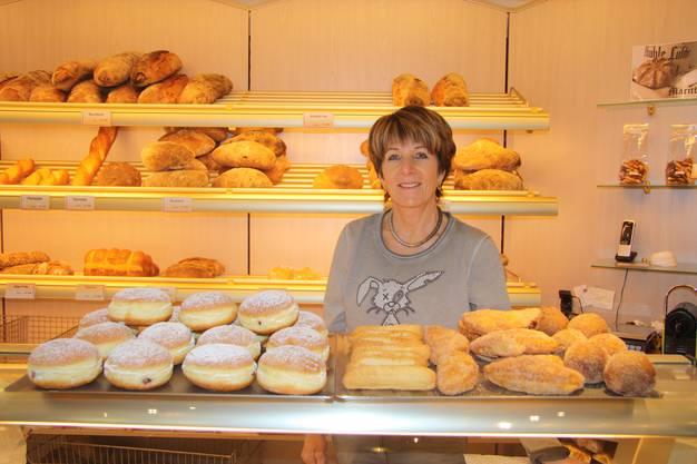 Susanne Studer mit dem Fasnachtssortiment der Bäckerei Studer.