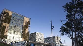 ARCHIV - Die Sonne scheint auf die Fassade des Internationalen Strafgerichtshofs in Den Haag. Foto: Peter Dejong/AP/dpa