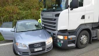 Ein Lastwagen erfasste auf der A2 bei Itingen einen Personenwagen und schob ihn mehrere hundert Meter vor sich her.
