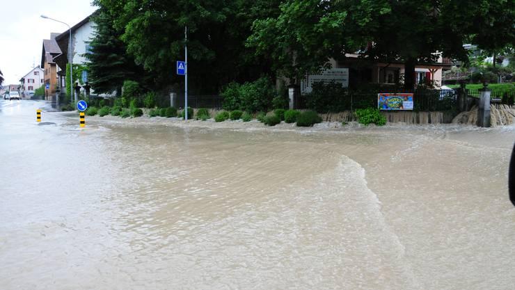 Die Bachstrasse in Dottikon ist effektiv zu einem Bach geworden. Die Wassermassen flossen von da über eine angrenzende Liegenschaft hinunter auf die Wohlerstrasse.