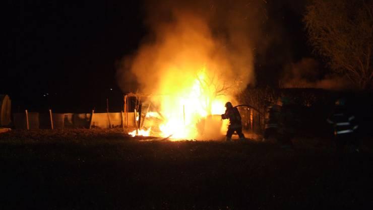 Das Gartenhaus steht in Flammen und ist nicht mehr zu retten.