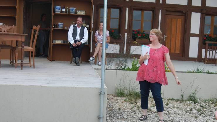 Regisseurin Yvonne Hofer vor dem umgestalteten Haus in Lüterswil, mit Schärer-Micheli und Souffleuse.