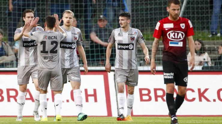 Der Torschütze zum 1:1 Gaetan Karlen (Xamax) jubelt mit dem Team nach Tor, Enttäuschung bei Olivier Jäckle (Aarau)