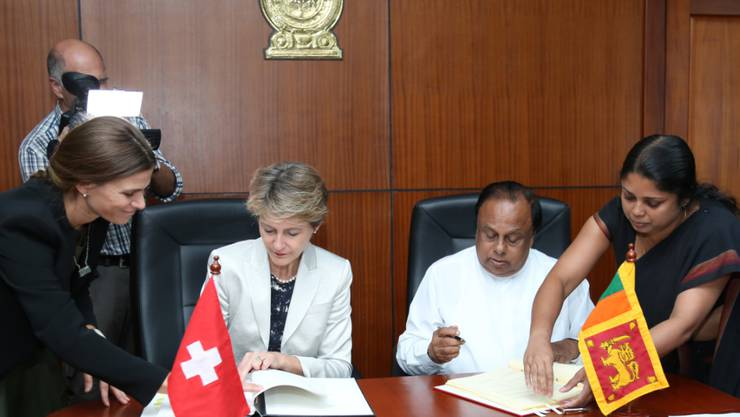 Bundesrätin Simonetta Sommaruga und der sri-lankische Innenminister Seneviratne Bandara Nawinne unterzeichnen das Migrationsabkommen.
