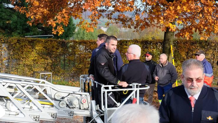 Mit der Automatischen Drehleiter (ADL) geht es in die Höhe, um die Urdorfer Feuerwehreiche zu messen.