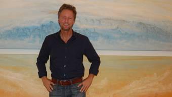 Der Lenzburger Künstler Alain Mieg vor einem seiner Werke, die kontrastreicher, kräftiger und intensiver geworden sind.HH.