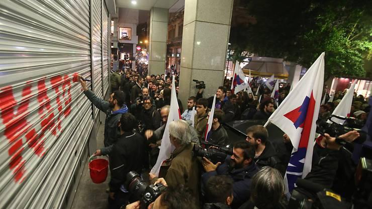 Gewerkschaftsmitglieder protestieren vor dem Finanzministerium in Athen gegen die Änderungen des Streikrechts.