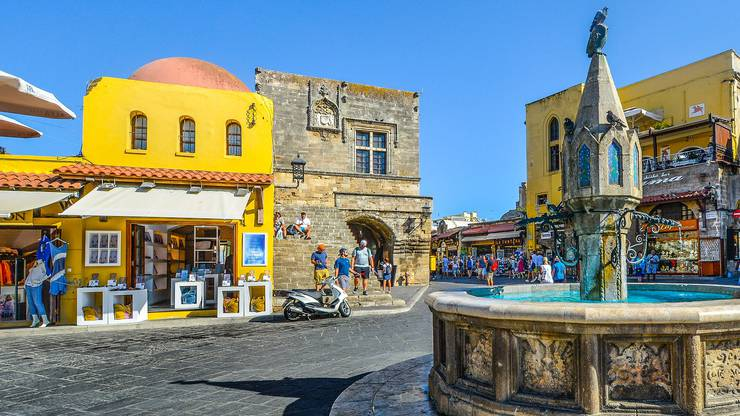Die Hauptstadt der Insel hat eine gut erhaltene und wunderschöne Altstadt. Besonders sehenswert sind der Mandraki-Hafen, der Grossmeisterpalast und die Ritterstrasse. Ausserdem lässt es sich sehr gut shoppen.