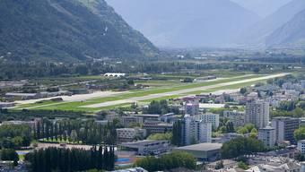 Das Verteidigungsdepartement, der Kanton Wallis und die Stadt Sitten haben am Mittwoch den Übergang des Militärflugplatzes Sitten zum Zivilflugplatz in einer Vereinbarung geregelt. (Archivbild)