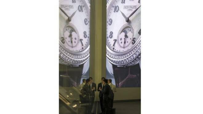 Überdimensionierter Luxus: Besucher an der Basler Uhrenmesse. Foto: Keystone