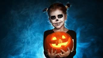 Halloween wird zunehmend auch in der Schweiz gefeiert. Doch dieses Jahr dürften viele Horror-Partys und somit auch Umsätze ausfallen, glauben Detailhändler.