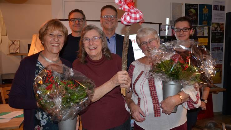 Silvia Gygli, Maya Zihlmann und Anne Oettli (von links) strahlen vor Arsène Perroud, Thomas Leitch und Sandro Covo (von links) um die Wette.Christian Breitschmid