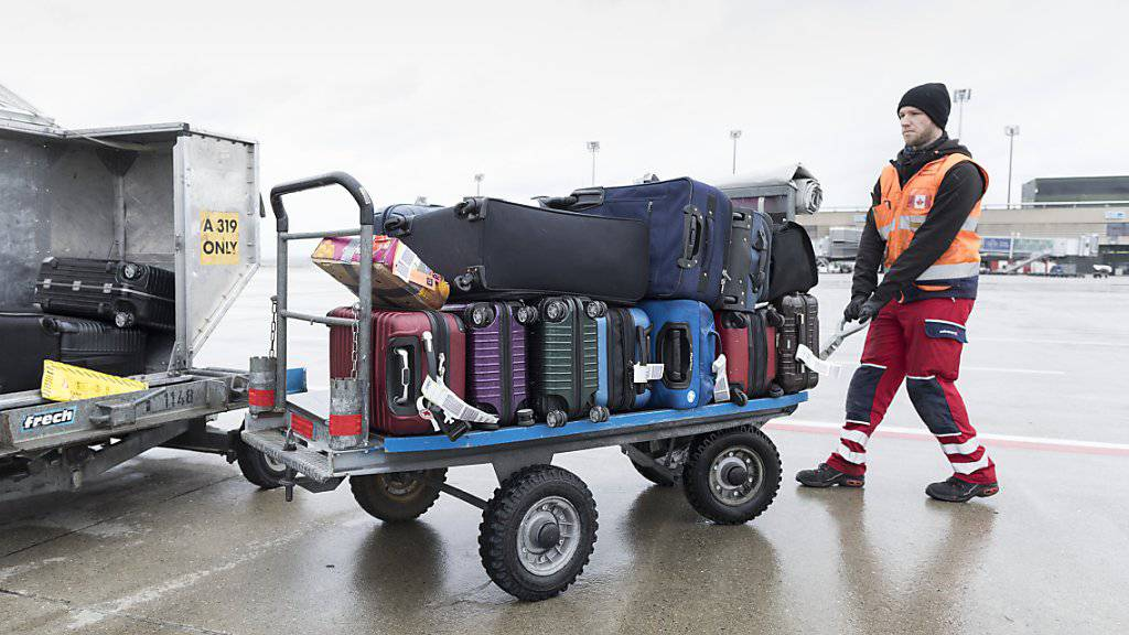 Dank einer neuen Chip-Technologie sollen sich künftig fehlgeleitete Koffer beim Transport auf  Flugreisen rascher finden lassen. (Archivbild)