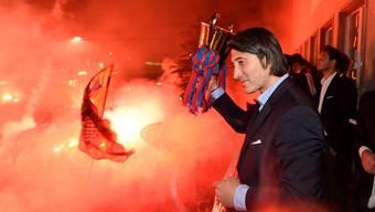 Bei der Meisterfeier des FC Basel im Jahr 2014 stemmte Trainer Murat Yakin den Meisterpokal – tags zuvor war sein Abgang kommuniziert worden. Archiv/Freshfocus