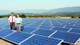Mit Weitblick: Thomas Peter (links) und Armin Zingg, die Initianten der Photovoltaikanlage auf dem Fabrikdach.