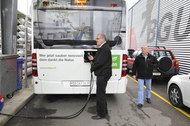 Hans-Rudolf Zumstein und Buschauffeur Heinz Jeker an der Erdgastankstelle