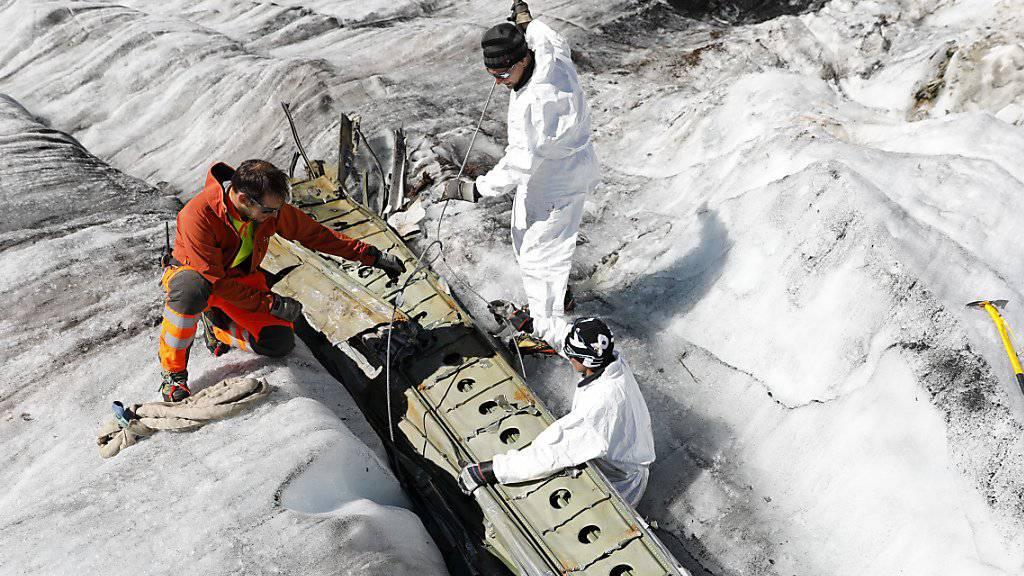 Die Fliessbewegung des Gletschers und das Abschmelzen des Eises haben die Flugzeugteile zu Tage gefördert. (Archivbild)