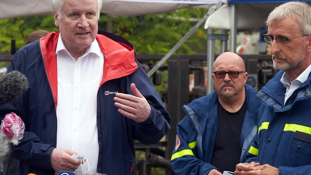Bundesinnenminister Horst Seehofer (CSU, l) und der Präsident des Bundesamts für Bevölkerungsschutz und Katastrophenhilfe (BBK), Armin Schuster (r). Foto: Thomas Frey/dpa Foto: Thomas Frey/dpa