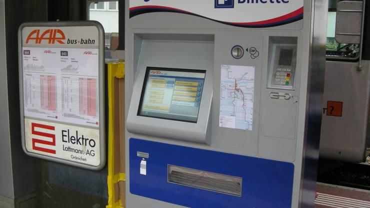 Per Fingerdruck: Die neuen Bildschirm-Automaten bei AAR bus+bahn. (zvg)