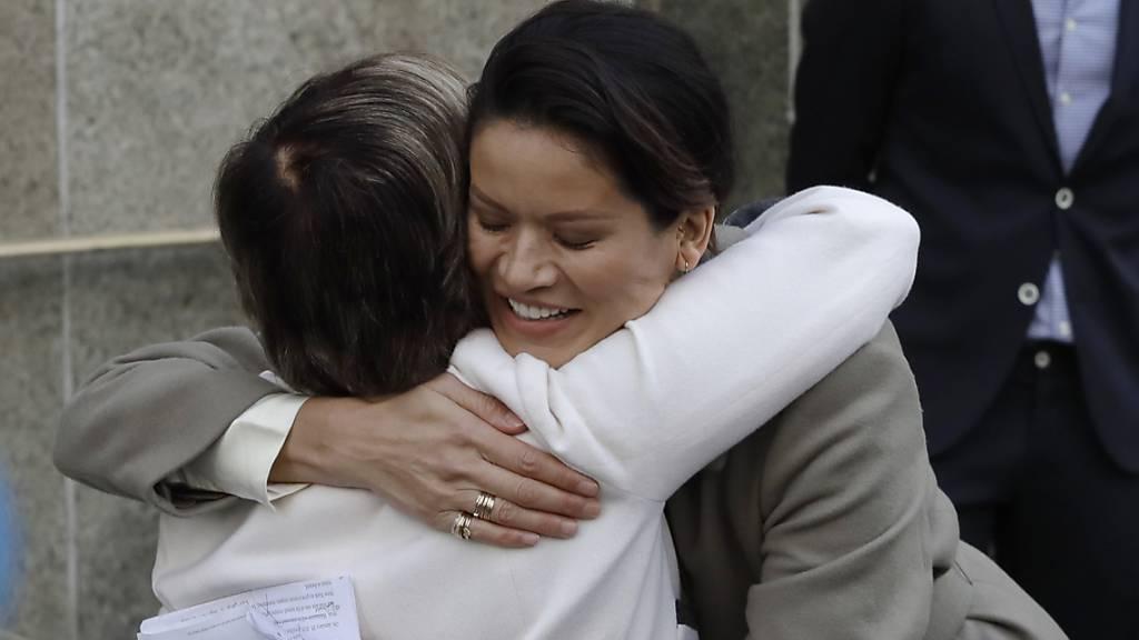 Zeugin im Weinstein-Prozess, Tarale Wulff, umarmt die Anwältin der Opfer, Gloria Allred, nach der Verkündigung der Strafe für Harvey Weinstein. (Foto: Mark Lennihan/AP Keystone-SDA)