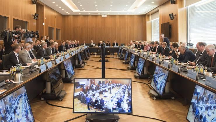Mehrere deutsche Politiker und Chefs der Autokonzerne sowie Verbände versammelten sich in Berlin zu Beratungen über die Zukunft des Diesels.