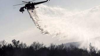 Ein Löschhelikopter hilft bei der Bekämpfung eines Brandes auf dem Berg Ymmitos ausserhalb Athens. (Archivbild)