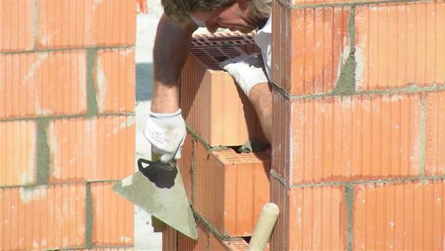 Das geplante Beton- und Mörtellabor der BASF in Kaisten wird anwendungstechnische Lösungen erarbeiten, wie für diesen Maurer auf einer Mehrfamilienhaus-Baustelle in Frick. – Foto: chr