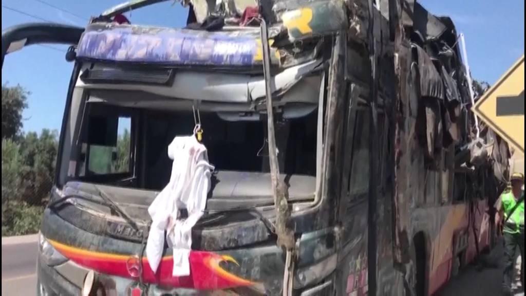 Peru: Busunfall fordert 16 Tote