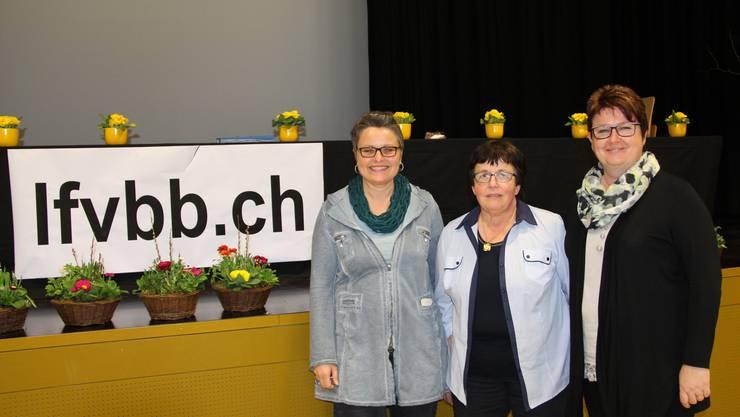 Die abtretende Kassierin Nicole Arni (rechts), Präsidentin Marlise Stuber (Mitte) die neu gewählte Kassierin Susanne Kocher (links)