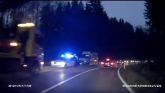 Der Unfall am Zurzacherberg sorgt für Verkehrsbehinderungen, wie dieser Screenshot aus einem Video ein Autofahrers zeigt.