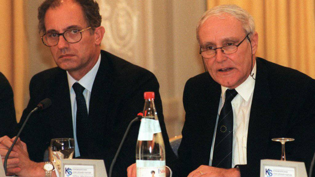 Der frühere Schweizer Botschafter in Paris, Benedikt von Tscharner, mit dem damaligen Bundesrat Flavio Cotti (CVP) in einer Aufnahme von 1995. (Archivbild)