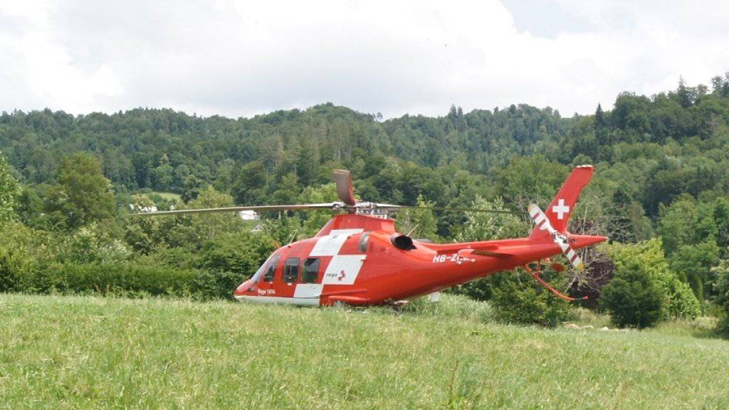 Schwer verletzt ins Spital geflogen: Ein 30-Jähriger ist mit seinem Gleitschirm im Kanton Zug abgestürzt.