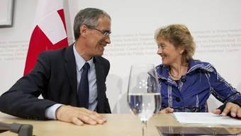 Serge Gaillard und Eveline Widmer-Schlumpf vor den Medien